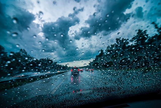 Coche con lluvia