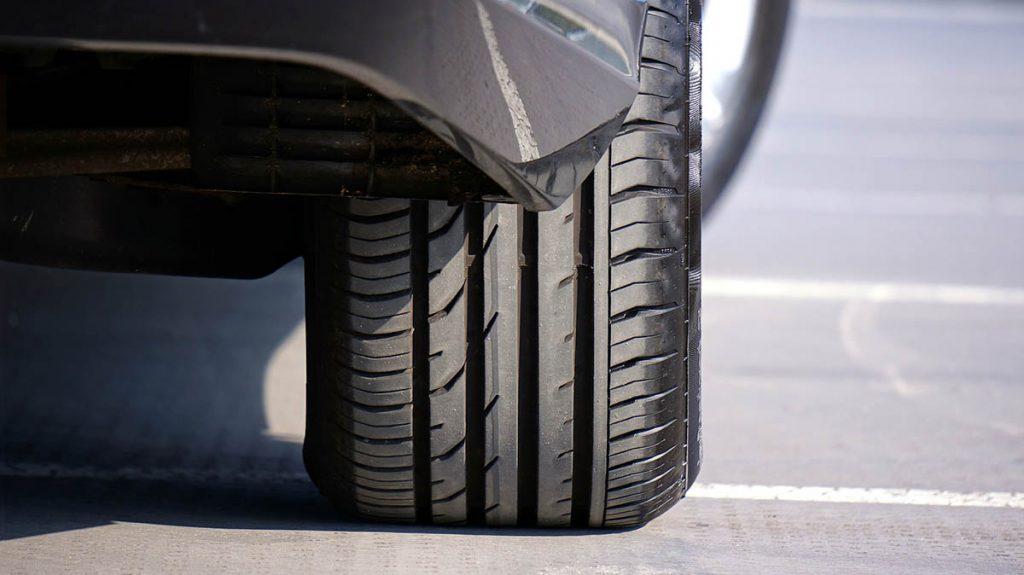 Los neumáticos y el seguro de coche no siempre van tan de la mano como cabría suponer. Conocer bien los entresijos de tu seguro te ayudará a evitar sorpresas sobre lo que cubre y deja de cubrir tu póliza.